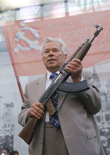 Michaił Kałasznikow z kałasznikowem