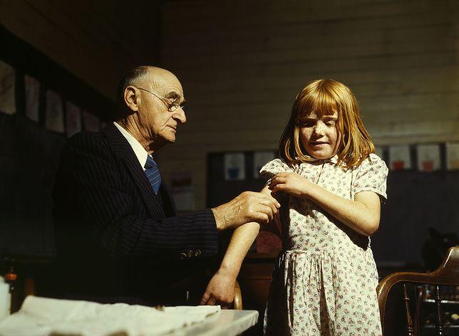 Dr Schreiber z San Augustine zaszczepia przeciw durowi brzusznemu w Teksasie. Kwiecień 1943 r