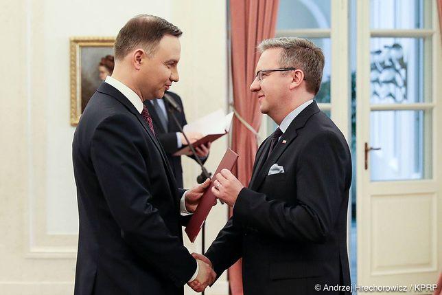 Prezydent Andrzej Duda wręcza Krzysztofowi Szczerskiemu nominację na szefa Gabinetu Prezydenta RP.