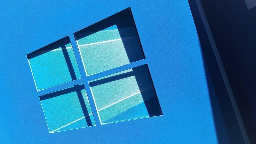 Komunikat o braku aktywacji Windowsa na dworcach - oj, nieładnie PKP (fot. Oskar Ziomek, dobreprogramy)
