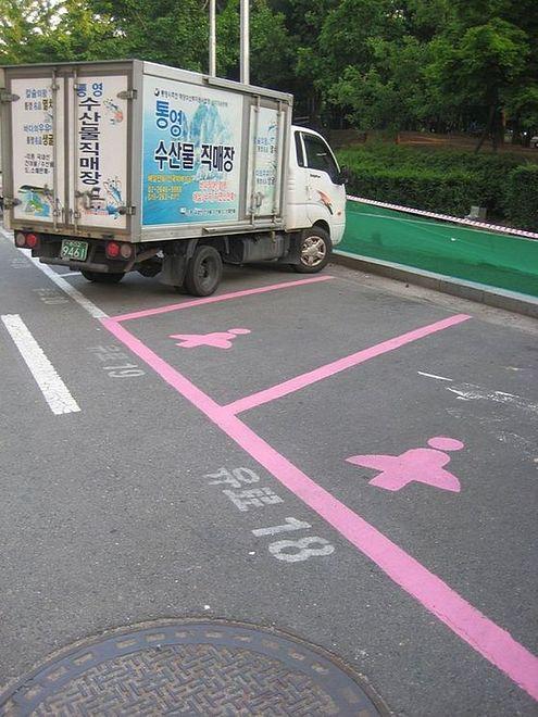 Różowe miejsca parkingowe