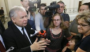 Warszawa, 21.03.2014. Rządy PO-PSL. Prezes PiS Jarosław Kaczyński rozmawia z rodzicami i opiekunami niepełnosprawnych dzieci w Sejmie.
