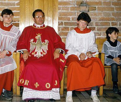Prałat Jankowski w otoczeniu ministrantów w św. Brygidzie