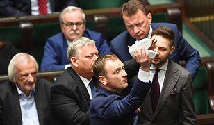 Posiedzenie Sejmu. 16 maja 2019 roku. Poseł PO Sławomir Nitras usiłuje wręczyć dziecięce buciki Jarosławowi Kaczyńskiemu.