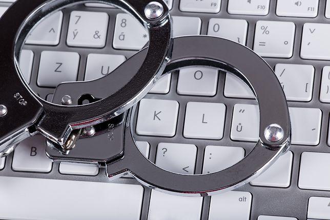 Dwójka oszustów naciągnęła internautów na sprzęt warty ponad 30 tys. złotych.