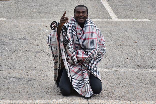 Jeden z migrantów po przedostaniu się do Ceuty