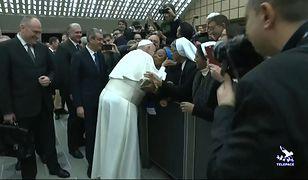 """Watykan. Papież Franciszek całuje zakonnicę i żartuje. """"Nie ugryź mnie"""""""