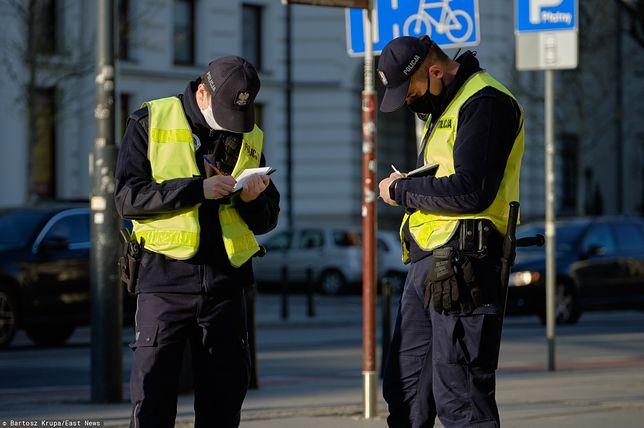 """Policjanci doręczali """"mandaty"""" z Sanepidu. Polityk opozycji poprosił o wyjaśnienia"""