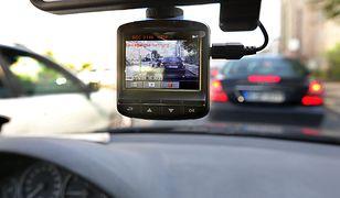 Najtańsze wideorejestratory nie nadwyrężą naszego portfela, lecz większość kierowców decyduje się na droższe urządzenia.