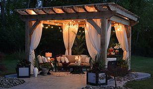 Jakie wyposażenie i dodatki na przyjęcie w ogrodzie?