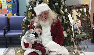 2-letni ciężko chory chłopiec i św. Mikołaj spotkali się w hospicjum