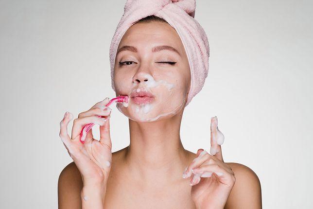 Golenie twarzy to kolejny sekret idealnej skóry Azjatek. Nie zgadniesz, jak wiele kobiet to robi