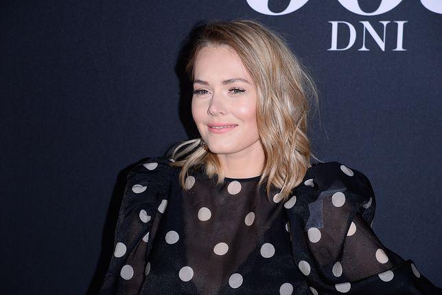 """Magdalena Lamparska na konferencji filmu """"365 dni"""". Wybrała najmodniejszą bluzkę sezonu"""