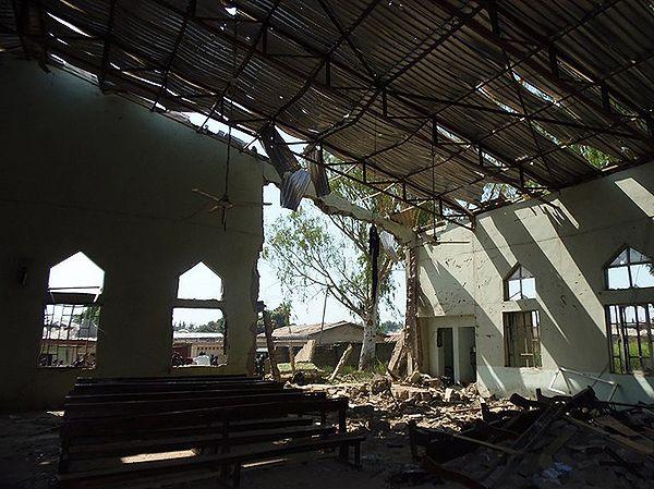 Kościół w Kadunie po ataku w październiku 2012 r.