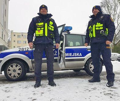 Warszawscy strażnicy miejscy pomogli rodzącej kobiecie dostać się do szpitala