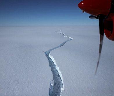 Antarktyda. Gigantyczna góra lodowa oderwała się od lodowca