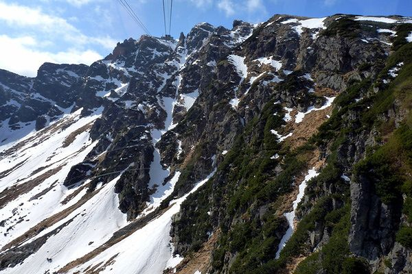 Trzeci stopień zagrożenia lawinowego w Tatrach. TOPR ostrzega turystów przed wyjściem w góry