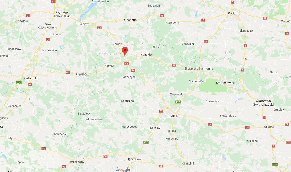 Wypadek na drodze w Świętokrzyskiem. W miejscowości Koliszowy osobówka wbiła się w ciężarówkę