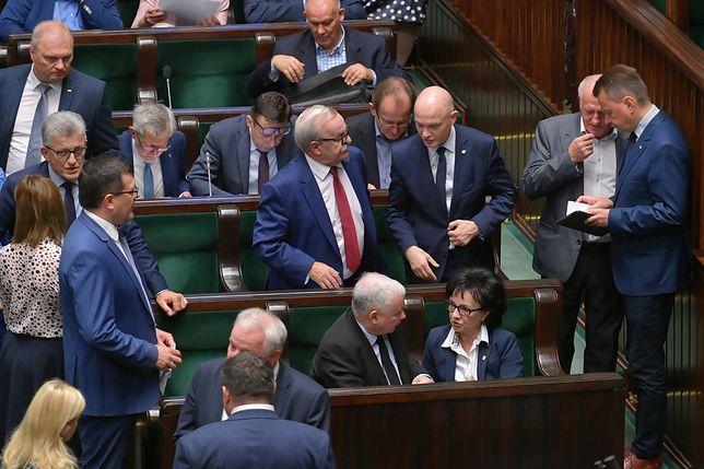 Sejm. Posłowie PiS na sali plenarnej