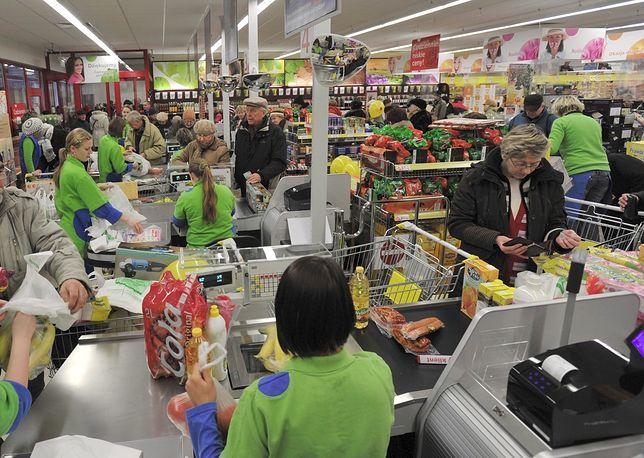 Biedronka. Dyskont wprowadza nowe stroje dla pracowników sklepu