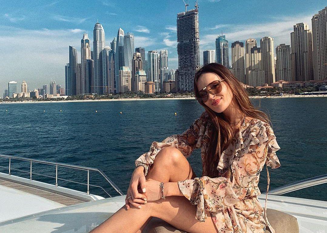 Marina wypoczywa w Dubaju. Zdjęcie w białym kostiumie skomentowała nawet Lewandowska