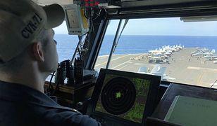 Marynarz na pokładzie amerykańskiego lotniskowca