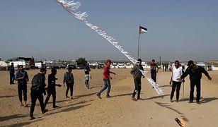 """Palestyńczycy puszczają """"latawiec Mołotowa"""" w kierunku Izraela"""