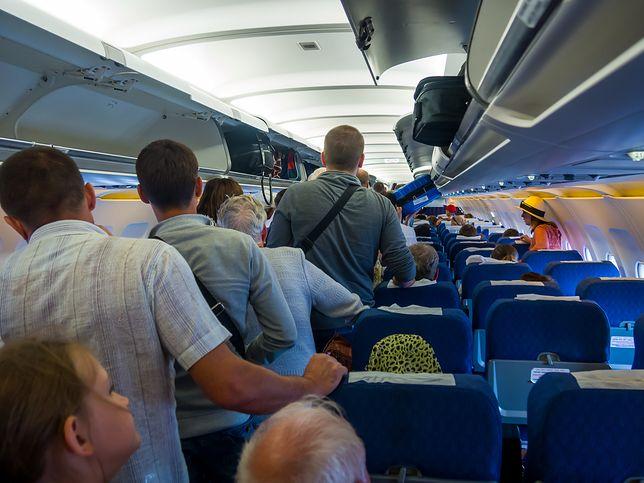 Bałagan w samolocie. Pasażerowie przesadzają