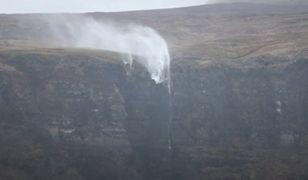 Sztorm Dennis sieje spustoszenie. Irlandzki wodospad płynie do tyłu