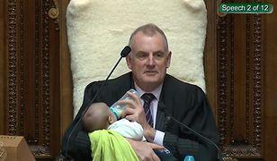 Nowa Zelandia. Trevor Mallard karmi syna kolegi z parlamentu