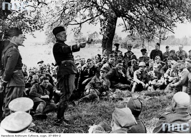 """Gen. Karol Świerczewski """"Walter"""" wśród żołnierzy"""