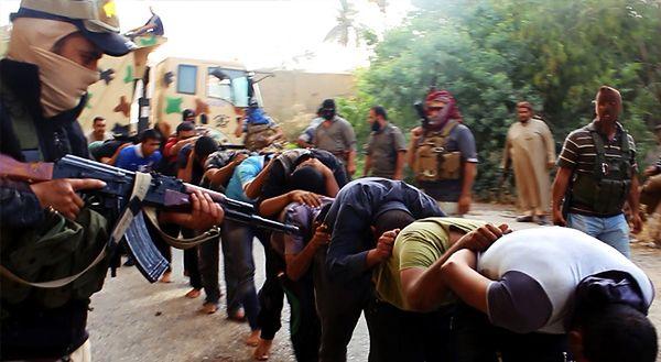 Zdjęcie, które pojawiło się na dżihadystycznej stronie internetowej - ISIL prowadzi jeńców