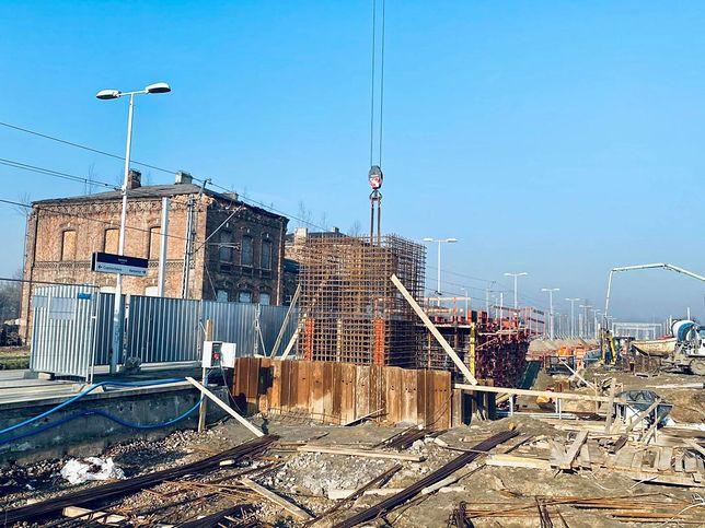 Dąbrowa Górnicza. Robotnicy obecnie koncentrują się na przebudowanie dworca kolejowego.