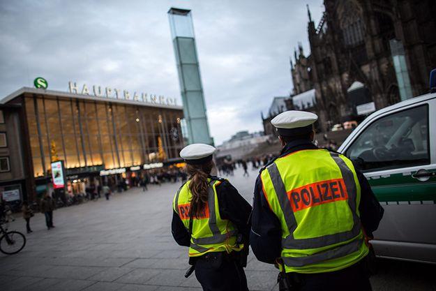 Patrol policji w pobliżu dworca w Kolonii.
