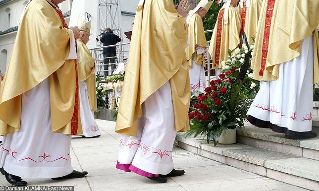 """""""W ciągu 10 lat za pedofilię skazano przynajmniej 27 polskich księży. (...) Kary były na ogół łagodne, ale sam fakt, że w kraju, gdzie duchowni cieszą się dużym autorytetem, aż 27 z nich zostało skazanych, daje do myślenia."""""""