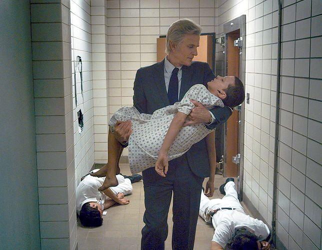 """Martin Brenner (Matthew Modine) i Jedenastka (Millie Bobby Brown) w serialu """"Stranger Things"""""""