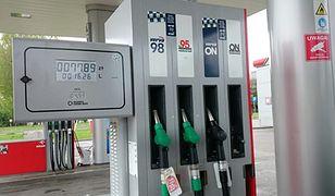 Na stacjach paliw jest drożej niż rok temu?