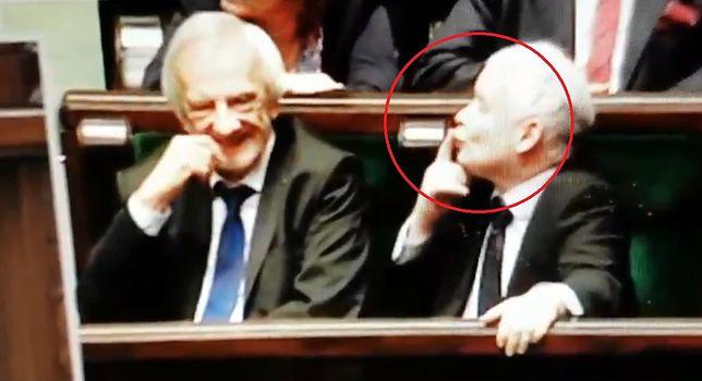 Jarosław Kaczyński pokazuje zabawne gesty w stronę innego polityka
