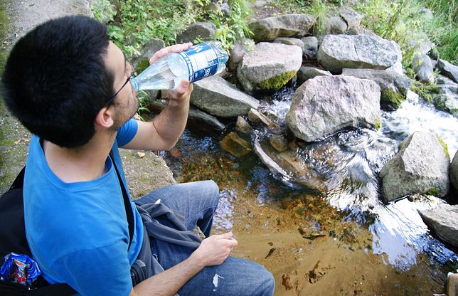 Sprawdzili skład wody w butelkach. Pływają tam kawałki plastiku