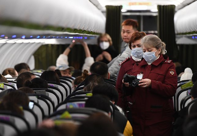 Pasażerowie na pokładach samolotów z Chin mają maseczki ochronne