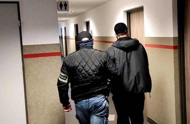 Śląskie. Policjanci z Dąbrowy Górniczej zatrzymali dwóch mieszkańców Sosnowca podejrzanych o handel narkotykami.