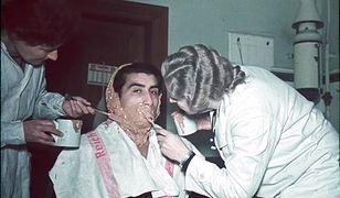 Dwie kobiety (z prawej prawdopodobnie Eva Justin) zdejmują formę z twarzy mężczyzny - w ramach badań antropometrycznych ludności romskiej