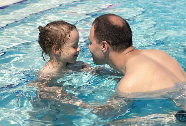 Ojciec z małą córką - seria trudności do pokonania w przestrzeni publicznej