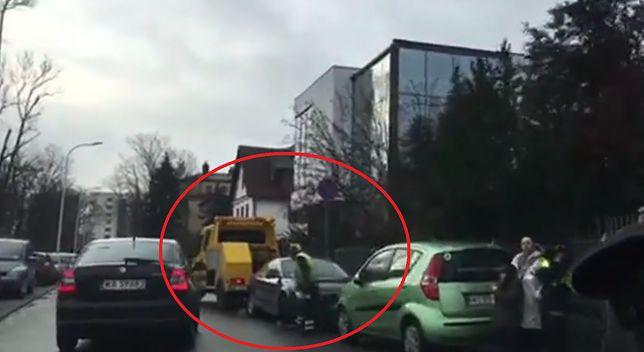 Straż miejska odholowuje samochody rodziców spod szpitala