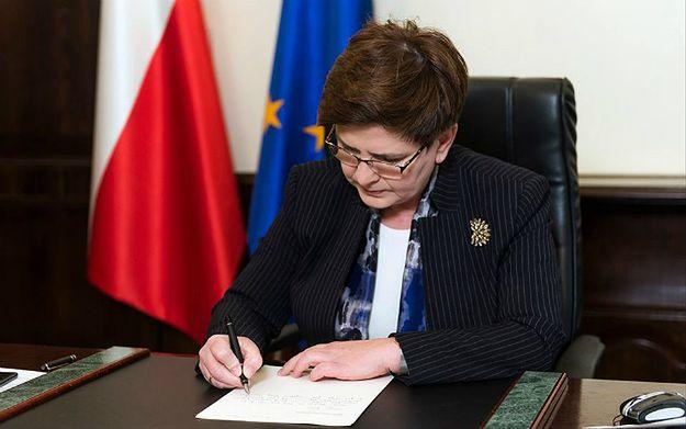 """Premier Beata Szydło odpisuje na list 9-letniej Julii ws. programu """"Rodzina 500+"""" i zaprasza dziewczynkę do KPRM. Eksperci oceniają, jak wpłynie to na wizerunek premier"""