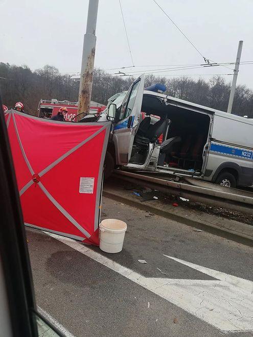 Gdynia. Radiowóz wbił się w słup. Policjant ranny