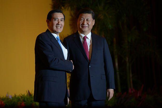 Ma Jing-cu i Xi Jinping - historyczny uścisk dłoni na spotkaniu w Singapurze