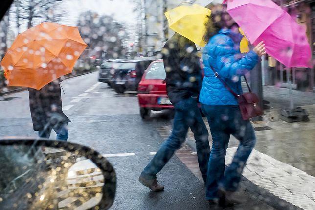"""Na styku ciepłej i mroźnej masy powietrza padać będzie śnieg i marznący deszcz zamieniający jezdnie i chodniki w """"ślizgawki"""""""