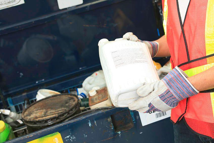 Pracownicy przetwórni w branży recyklingu