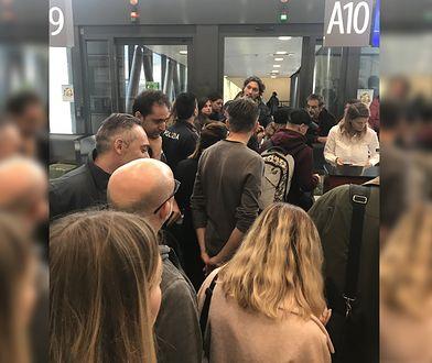 Pasażerowie na lotnisku w Bergamo